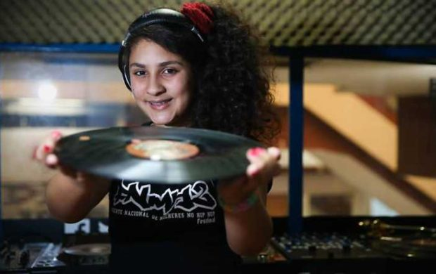Dj Niely de 14 anos faz Turnê com Set de Rap Feminino pela Europa - (Clique e Compartilhe)